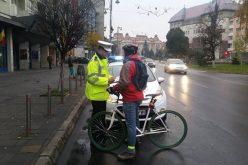 Bicicliștii nu mai pot fi depășiți oricum. Minimum 1, 5 metri trebuie păstrată distanța laterală