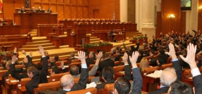 UPDATE: Deputații convocați astăzi să taie impozitarea pensiilor sub 2000 de lei. Legea a trecut