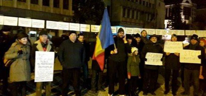 Bistrița: Protestul de sâmbătă seara a adunat câteva zeci de manifestanți