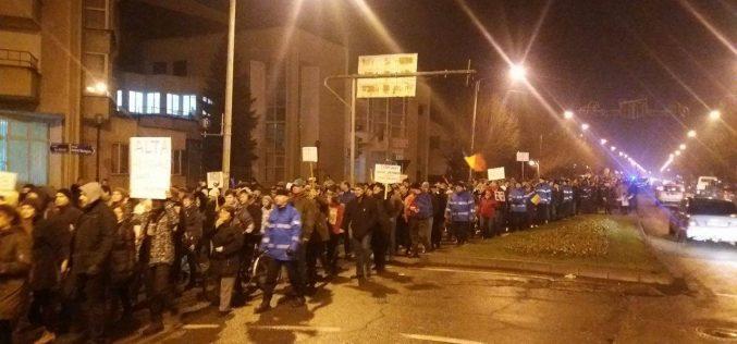 Anunțul premierului că renunță la ordonanța 13 nu i-a impresionat pe protestatarii din Bistrița. Dimpotrivă, și-au continuat marșul, în număr mai mare decât ieri