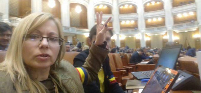 Deputații USR și PNL  protest cu banderole în Parlament împotriva puterii