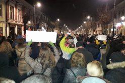 UPDATE: Bistrița își ia revanșa: 3000 de bistrițeni în stradă. De la Revoluție piața Prefecturii n-a mai vazut atâția