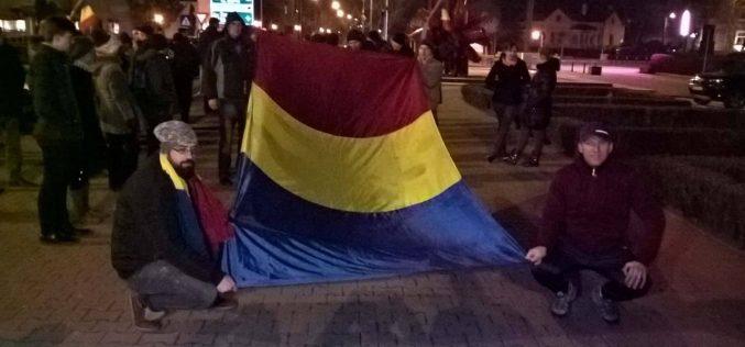 A 13-a zi de proteste în Bistrița: 200 de oameni și un marș simbolic. Plus o pancartă pentru colecția protestelor