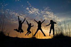 Nu stăm bine în clasamentele mondiale ale fericirii, dar recuperăm. Psihologii spun că mentalul colectiv al românilor e problema, însă educația schimbă multe