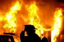Un scurtcircuit la o mașină a declanșat un incendiu devastator noaptea trecută la Dumitra: trei familii și-au pierdut casa (video)