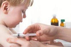 ASIGURĂRI: În caz de reacții adverse la vaccinare statul va plăti integral tratamentul copilului. Medicii bistrițeni spun însă că precizarea e de imagine
