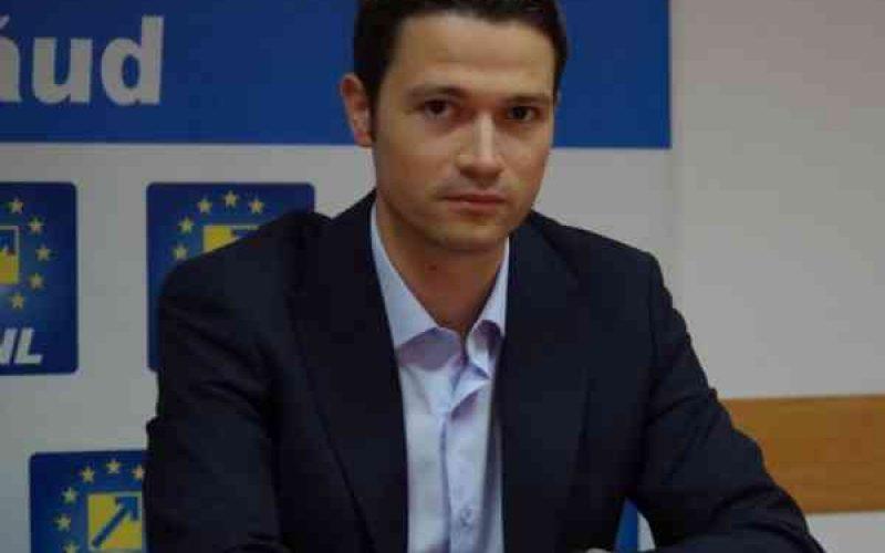 Robert Sighiartău în mijlocul unui scandal național: este acționarul unui IFN însă militează public împotriva inițiativei de plafonare a dobânzilor la credite