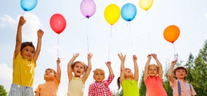 Dumitra este comuna cu cei mai mulți copii din județ, raportat la numărul populației. La polul opus e Ciceu-Giurgeștiul