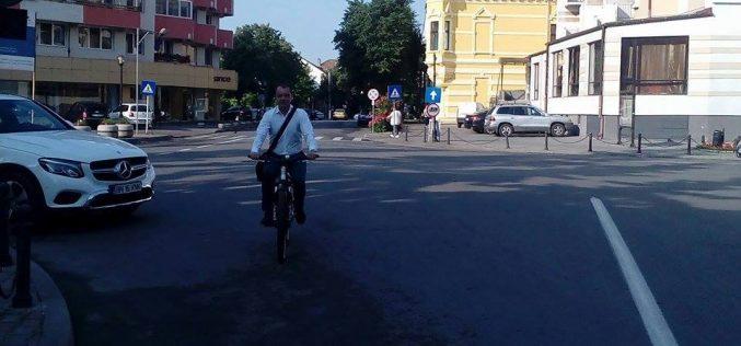 În ziua moțiunii prefectul de BN a făcut apel pentru mersul pe bicicletă. Asociațiile bicicliștilor spun că în Bistrița deplasarea nu e sigură