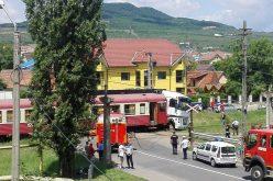 Tir lovit de tren la trecerea din Ioan Slavici. Circulația auto este blocată