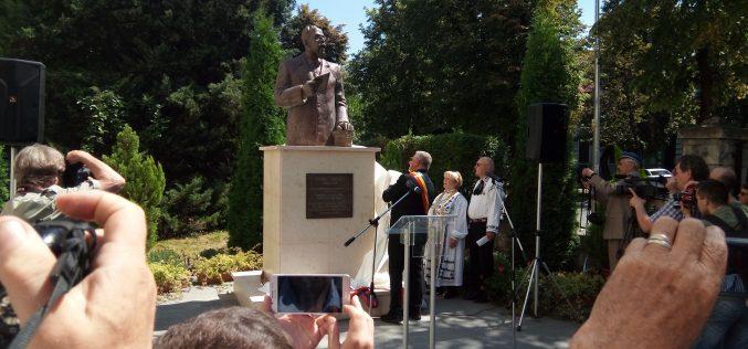 """Reparație istorică: directorul întemeietor al clădirii actualului Colegiu """"Liviu Rebreanu"""" a primit un bust la intrarea în școală"""