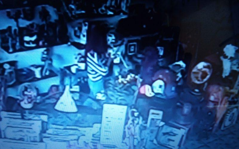 Filmul unui furt dintr-un magazin din Bistrița a ajuns pe facebook. Proprietara încearcă să identifice hoațele, după ce poliția n-a reacționat (VIDEO)
