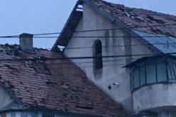 Administrația Becleanului pune la dispoziție o macara pentru repararea acoperișurilor distruse-VIDEO
