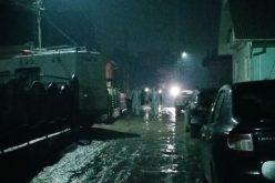 UPDATE: Un mort și trei răniți după ce un echipaj de poliție a fost atacat la o intervenție în Sângeorz Băi