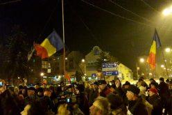 Peste trei sute de bistrițeni au mărșăluit în această seară pe străzile Bistriței scandând lozinci anti PSD (video)