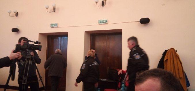 """Avocatul Diana Morar: """"câțiva polițiști, fără ținută completă, fără a se legitima, au dat buzna peste o persoană în vârstă. Au acționat regulamentar?"""