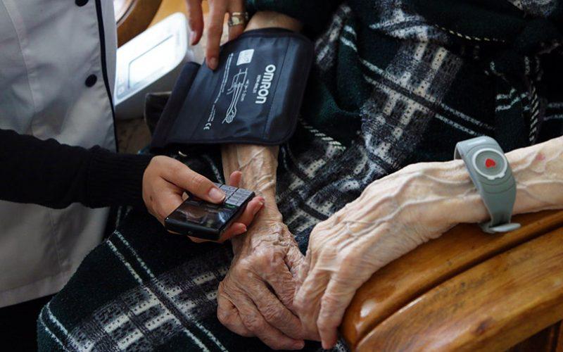 O decizie a Casei Asigurărilor de Sănătate pune în dificultate îngrijirea la domiciliu din Bistrița-Năsăud