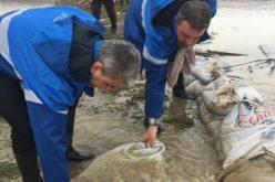 Prezent dis de dimineață la inundațiile din Covasna ministrul Deneș a cărat saci pentru a consolida un baraj