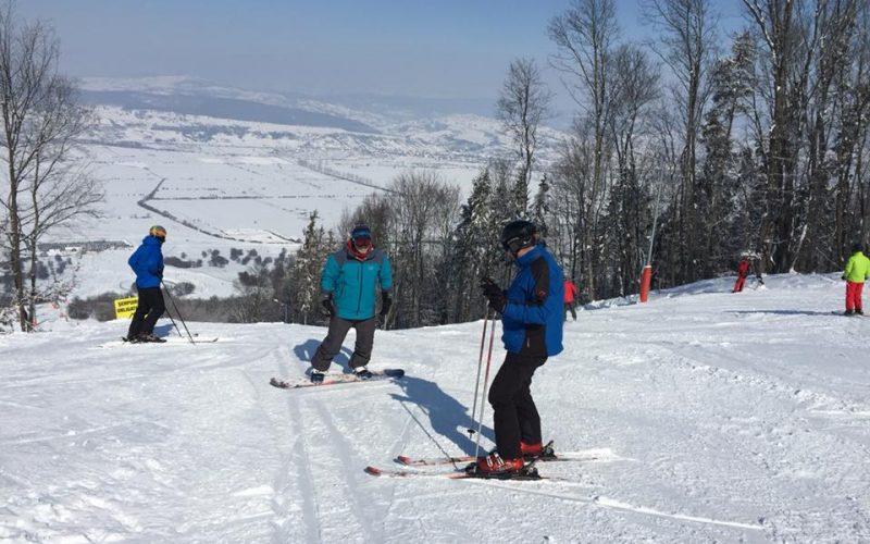 Pârtia Cocoș recuperează în martie ce n-a putut în ianuarie: luni e zi completă la schi