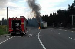 UPDATE: La un fir de păr de o nenorocire: pompierii au stins un incendiu la un tir încărcat cu azotat de amoniu în Pasul Tihuța
