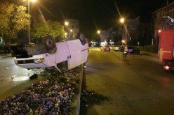 Azi noapte în Bistrița: cu roțile în sus pe rondoul din strada 1Decembrie