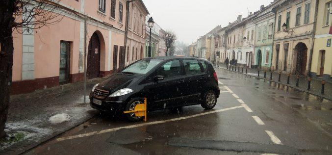 Regulamentul parcărilor n-a rezistat nici 4 luni. Trei inițiative de modificare, două de la opoziție și una de la primar sunt în dezbatere