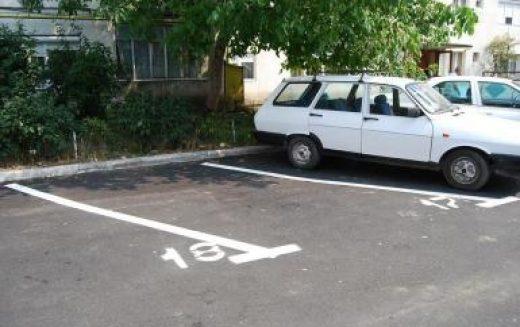 La loc comanda cu regulamentul parcărilor din Bistrița: nu mai e limită ora 17. Vezi ce alte modificări intră în vigoare și ce a reușit să modifice opoziția