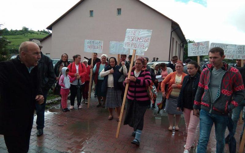 """Locuitorii din Tărpiu, protest vehement în Dumitra: """"Luați-vă gunoaiele. Nu ne mai vin copiii acasă pentru că nu vor să trăiască în gunoi""""."""