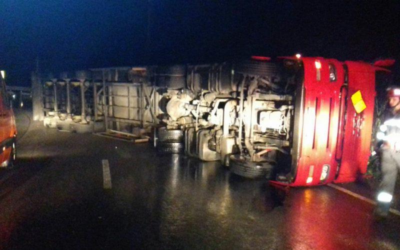 UPDATE: S-a mai răsturnat un tir azi noapte în Pasul Tihuța. In zona se circula dimineața alternativ