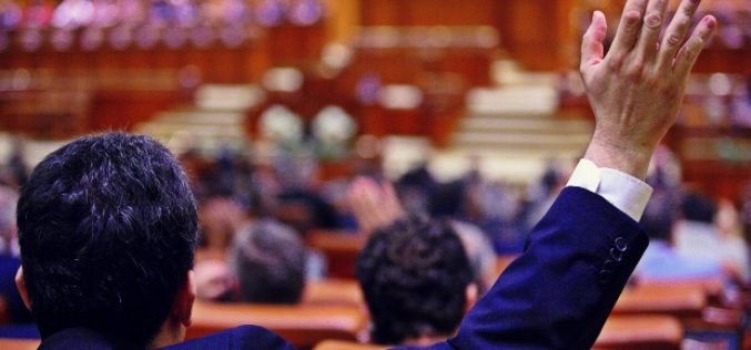 Cadou de la parlamentari pentru primari: pot face afaceri sau ocupa funcții în zona privată iar incompatibilitatea se prescrie după 3 ani