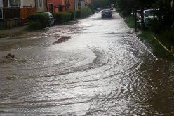 Două străzi din Bistrița blocate câteva ore după urgia de sâmbătă. Pompierii au avut de furcă și cu drumurile colmatate în Budacu de Jos