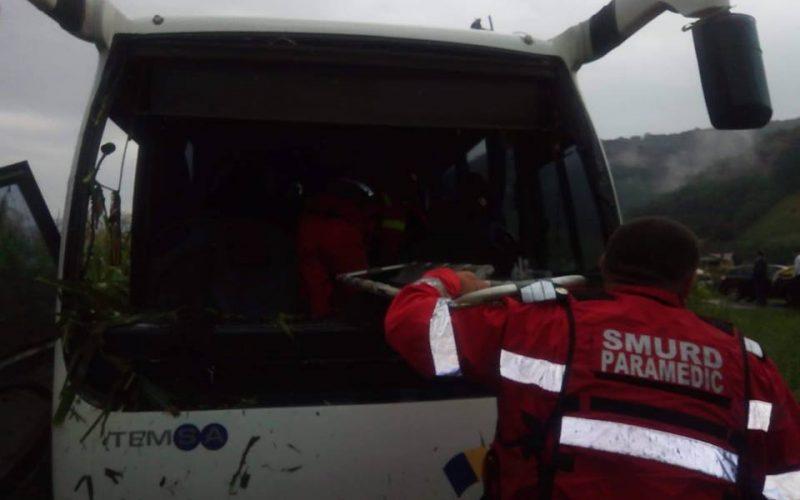 Un șofer de 20 de ani a intrat cu mașina într-un autobuz cu 21 de călători. Accidentul s-a produs între Feldru și Nepos