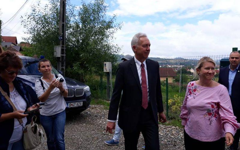 Ambasadorul SUA Hans Klemm a transmis de la Bistrița un mesaj de relaxare a adopțiilor internaționale de către România