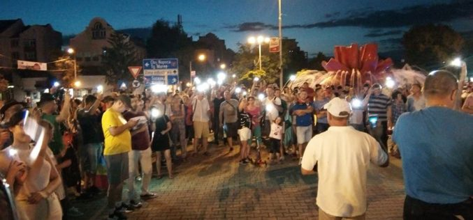 """1000 de bistrițeni au protestat și mărșăluit pe străzile orașului. În fața sediului PSD protestatarii au strigat """"analfabeții""""și """"hoții"""" (VIDEO)"""