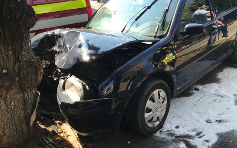 UPDATE: Sensurile giratorii subdimensionate fac victime: o șoferiță a intrat într-un copac pe Republicii