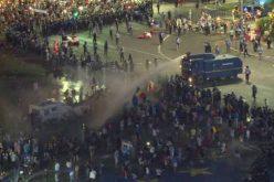 Președintele Iohannis reacție vehementă după intervenția brutală a jandarmilor în Piața Victoriei