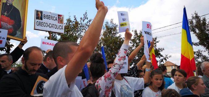 Protest cu pancarte al unor tineri greco-catolici la dezvelirea bustului din Milaș al cardinalului Iuliu Hossu. Ce i-a supărat?