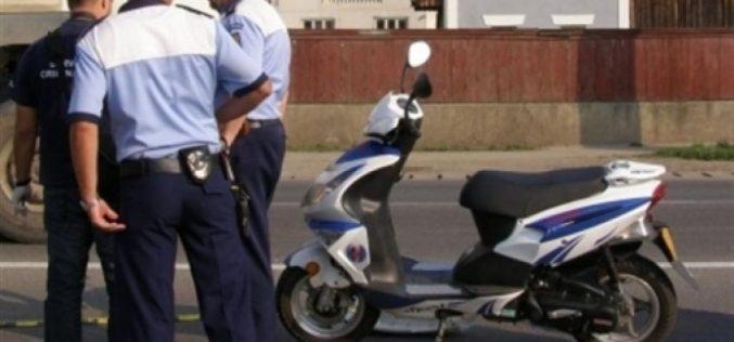 Le-a dat cu flit polițiștilor în timp ce făcea o tură pe moped cu un bebeluș în brațe. Ce riscă individul