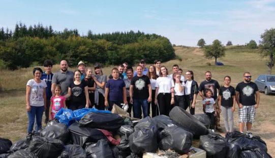 După ce a ecologizat un deal din Bistrița, deputatul Ionuț Simionca s-a felicitat că a votat pentru interzicerea pungilor de plastic