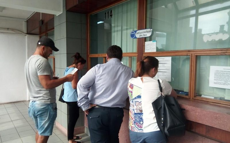 Mii de bistrițeni își așteaptă banii din taxele auto și timbrul de mediu. Doar un sfert sunt cu banii în conturi