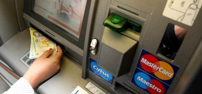 Un bistrițean a dus la poliție 4800 de lei și un card pe care un bancomat l-a eliberat din greșeală