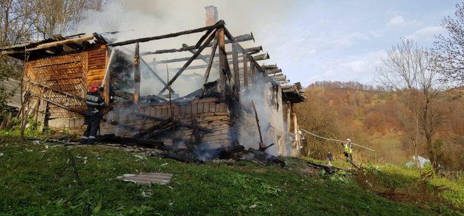 A fost sâmbăta incendiilor: un om a murit, un altul e rănit și mai multe proprietăți au fost distruse de foc
