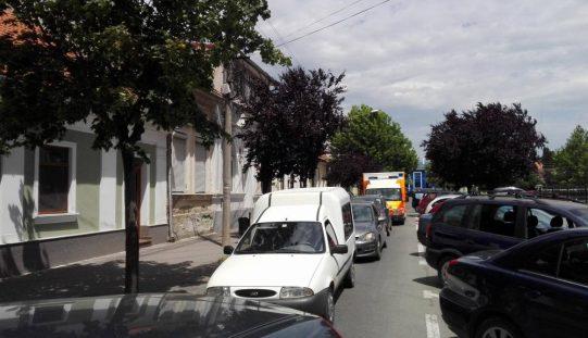Cu o mașină la mai puțin de 2 locuitori, Bistrita se sufoca în trafic. Ce proiect de hotărâre are un consilier local ca să deblocheze orașul
