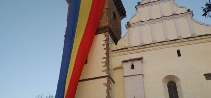 Tricolorul-simbol de 30 de metri, trimis prin orașele României de tinerii liberali a fluturat peste Biserica Evanghelică