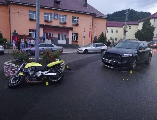 Un motociclist de 22 de ani a fost rănit în această seară după ce s-a lovit de un autoturism